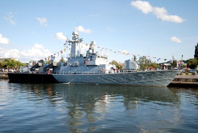 Kriegsschiff im Hafen