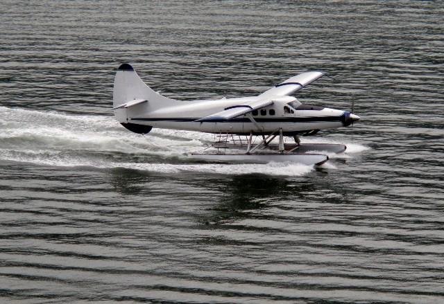 Wasserflugzeug startet von dem Wasser